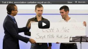 Sébastien, Le Marketeur Français, remet un chèque à l'association caritative Toit à Moi