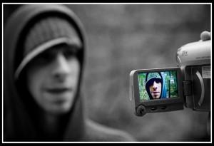 En alliant le son et l'image,  la vidéo permet de produire un contenu plus vivant que les articles classiques.